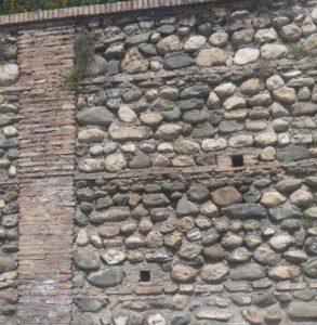 Muro de tapial con verdugadas de ladrillo