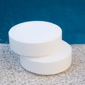 Desinfección con pastillas de cloro del agua de la piscina